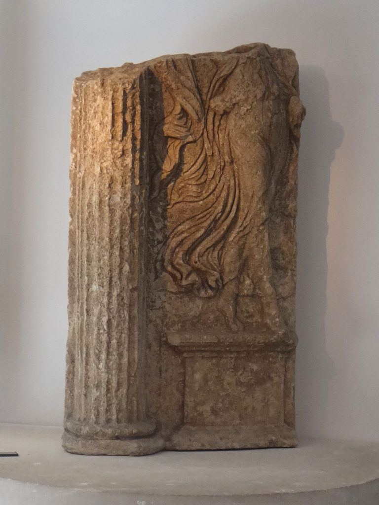More grace discovered in Arles, with flowing robes and curvy legs. Musée de l'Arles et de la Provence Antiques.